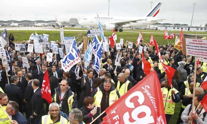 Manifestantes em greve protestam em frente ao prédio da Air France no aeroporto internacional Charles de Gaulle, nos arredores de Paris JACKY NAEGELEN / REUTERS