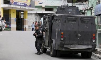 Operação do 12° BPM (Niterói) na comunidade do Caramujo. No sábado uma empresária foi morta depois de entrar por engano no local Foto: Pablo Jacob / Agência O Globo