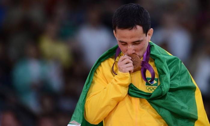 Felipe Kitadai beija a medalha de bronze nas Olimpíadas de Londres de 2012. Nos Jogos Militares de 2014, na Coreia do Sul, o atleta conquisotu o ouro Foto: FRANCK FIFE / Franck Fife/AFP/28-07-2012