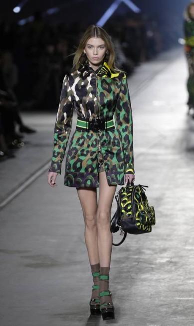 Stella Maxwell, angel e namorada de Miley Cyrus, na Versace Antonio Calanni / AP
