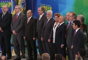 A presidente Dilma Rousseff acompanhada pelo vice Michel Temer e pelos ministros do governo Foto: ANDRE COELHO / Agência O Globo