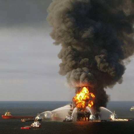 Explosão em plataforma matou 11 pessoas e derramou mais de 750 milhões de litros de petróleo no Golfo do México Foto: HO / AFP/US COAST GUARD/21-4-2010