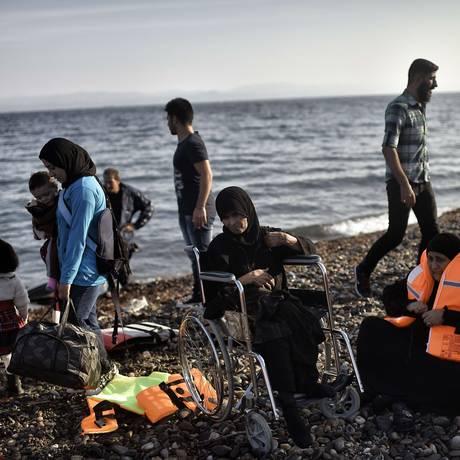 Migrantes desembarcam em Lesbos, ilha grega no Mar Egeu: operações europeias de resgate aumentaram Foto: ARIS MESSINIS / AFP