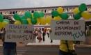 Manifestantes protestam em frente ao Tribunal de Contas da União Foto: Michel Filho / Agência O Globo