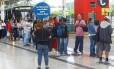 Passageiros fazem fila no Terminal Alvorada, na Barra da Tijuca