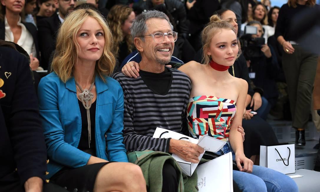 """Aqui, Lily aparece ao lado da mãe, a cantora e atriz Vanessa Paradis (eterna musa da Chanel - olha de quem ela herdou o posto) e do fotógrafo Jean-Paul Goude, o autor da capa da """"Paper"""" estrelada por Kim Kardashian, aquela mesma em que ela aparece nua Thibault Camus / AP"""