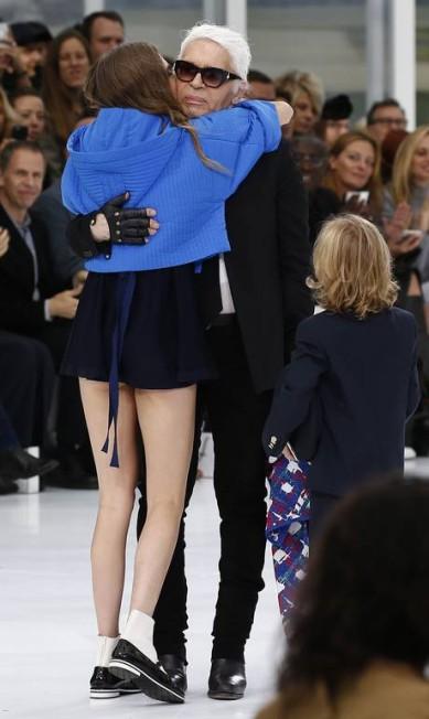 Cara dá um abraço apertado em Karl Lagerfeld, estilista da Chanel, e acaba mostrando que estava com um look curto demais BENOIT TESSIER / REUTERS