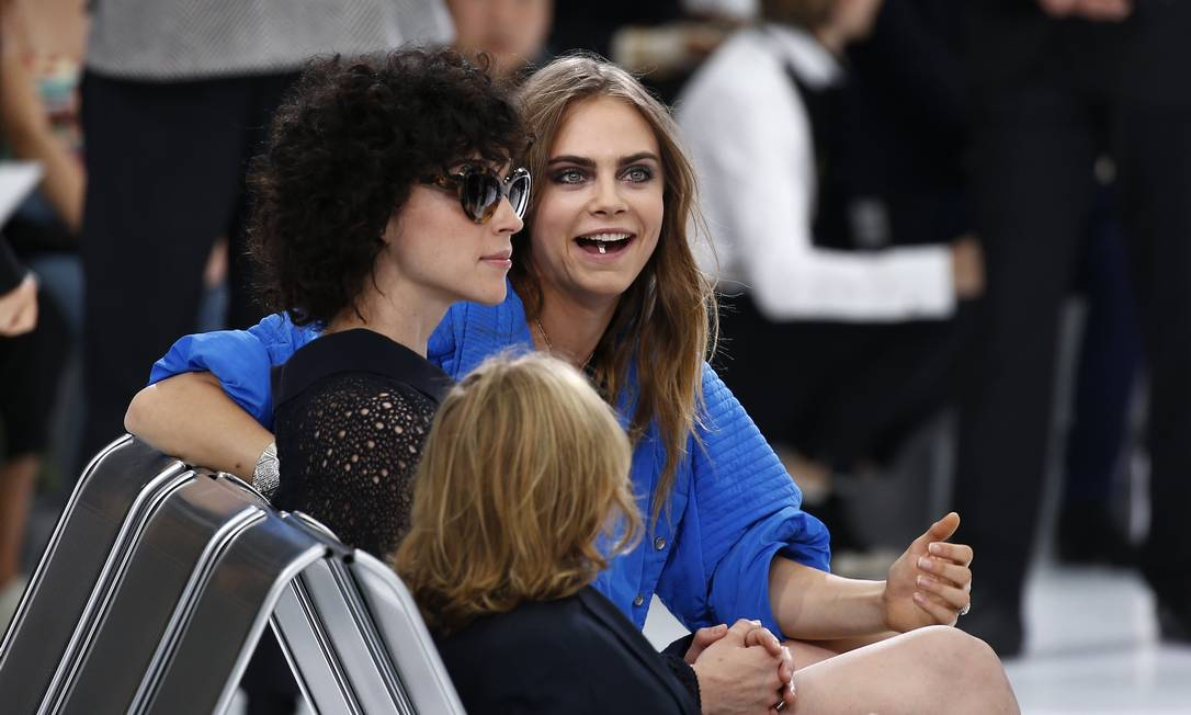 A modelo e atriz britânica Cara Delevingne já declarou que a moda não é mais a sua prioridade. Tanto que ela não foi vista na passarela, apenas na fila A. Depois da Burberry, ela apareceu no show da Chanel, nesta terça-feira, ao lado da namorada, a cantora St. Vincent BENOIT TESSIER / REUTERS