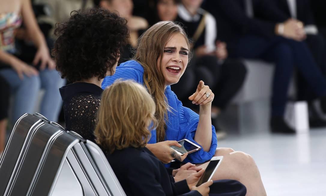 Cara bate papo com a namorada na fila A da Chanel BENOIT TESSIER / REUTERS