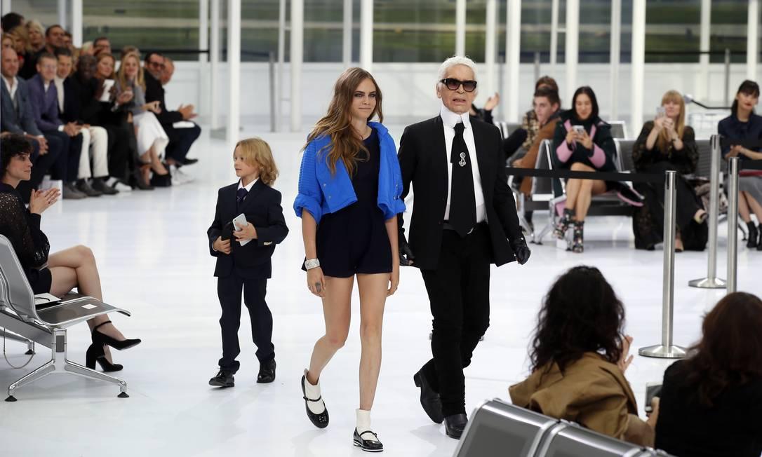 Cara e Karl Lagerfeld na Chanel Francois Mori / AP