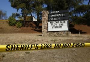 Polícia interdita entrada da Umpqua Community College, após tiroteio. Atirador deixou mensagem antes de cometer o atentado Foto: John Locher / AP