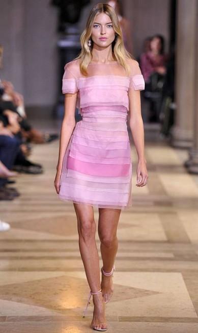 Apontada como uma das modelos mais sensuais do mundo, Martha Hunt foi uma das estrelas do verão 2016 de Carolina Herrera Divulgação