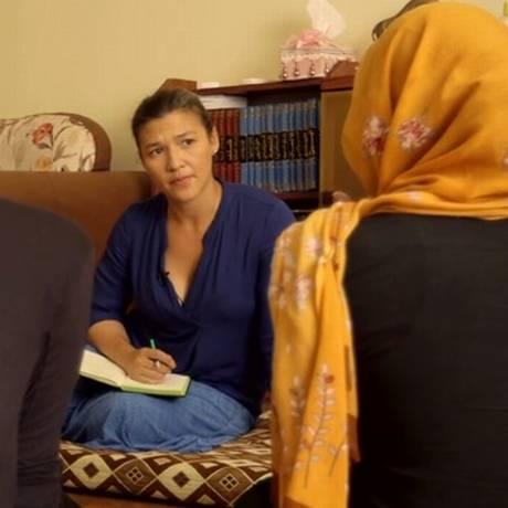 Atika Shubert, repórter da CNN, ouve histórias de jovens yazidis Foto: Reprodução/CNN