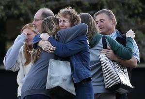 Emocionados, funcionários e alunos retornam à faculdade de Umpqua Community College, após jovem matar nove pessoas e ferir outras nove a tiros Foto: John Locher / AP