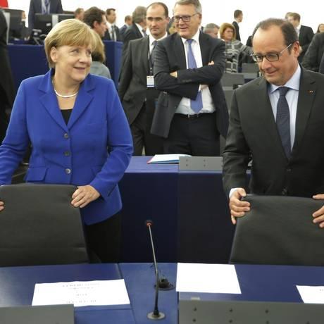 Angela Merkel e Francois Hollande fizeram um pronunciamento conjunto no Parlamento Europeu Foto: VINCENT KESSLER / REUTERS