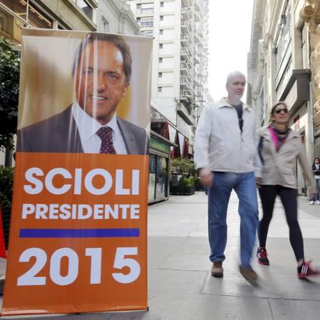Cartaz eleitoral de Scioli em Buenos Aires. Pesquisas eleitorais dividem cenário político na Argentina Foto: Enrique Marcarian / Reuters