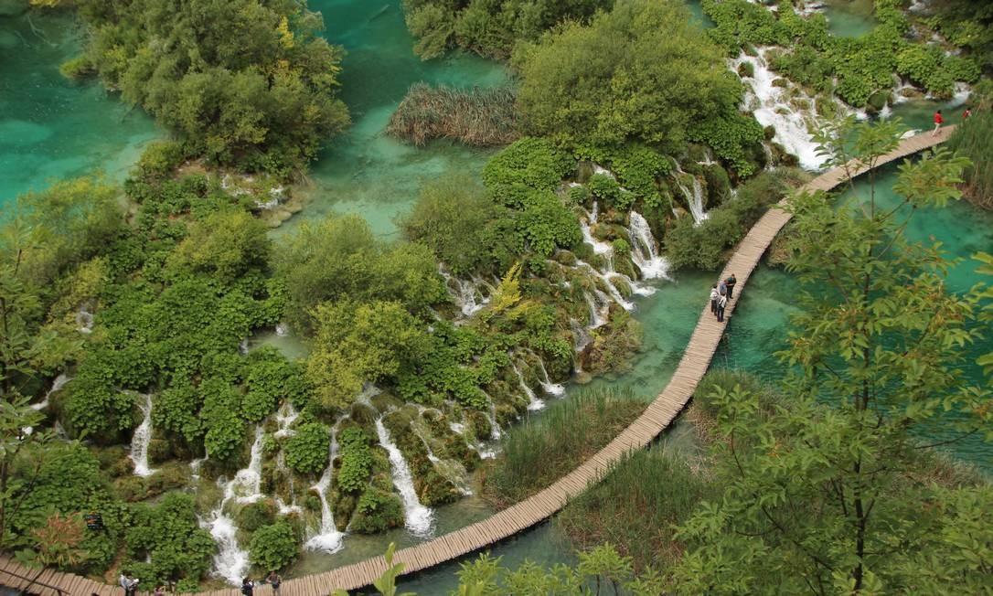 Visitantes podem chegar bem perto das centenas de quedas d'águas em passarelas de madeira que circundam os lagos Foto: Eduardo Maia / .