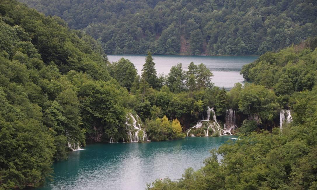 Os lagos Kozjak, acima, e Milanovac, abaixo, ligados por pequenas cachoeiras, fazem parte do Parque Nacional dos Lagos Plitvice, na parte central da Croácia Foto: Eduardo Maia / .