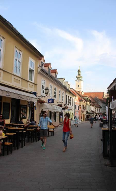 A capital Zagreb foi feita para caminhadas, como pela Rua Tkalciceva, que enfileira bares e restaurantes no centro antigo da cidade Foto: Eduardo Maia / .
