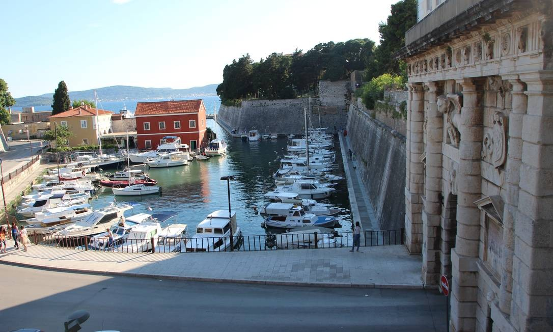 A cidade histórica já foi ocupada por romanos e venezianos, que deixaram heranças arquitetônicas como o Portão do Porto, um dos que protegiam Zadar dos invasores estrangeiros Foto: Eduardo Maia / .