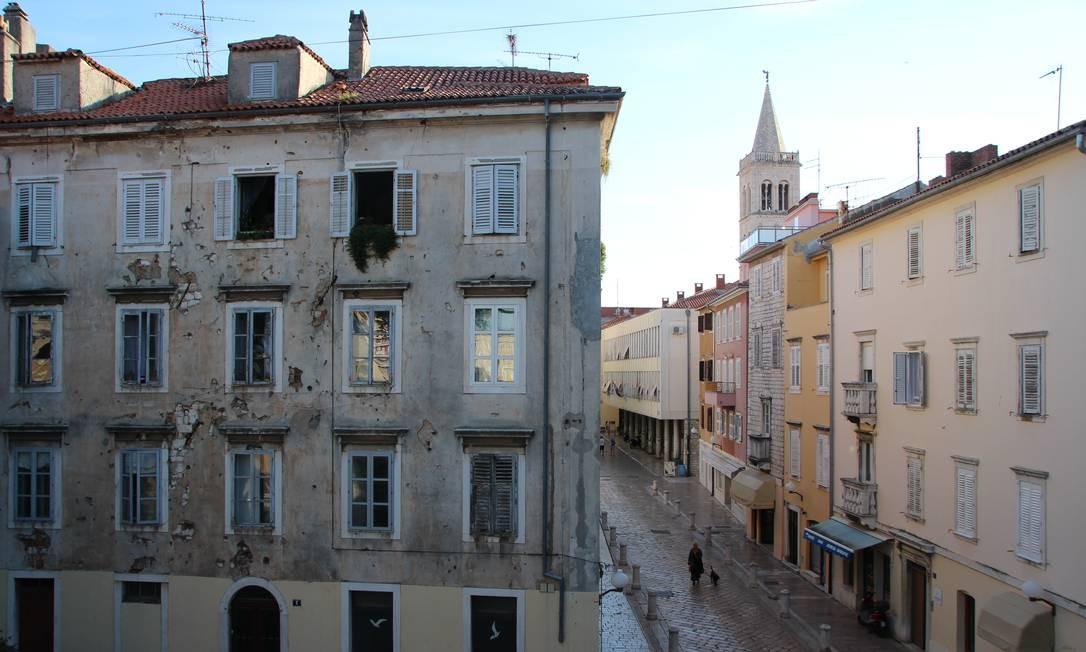 A cidade também guarda marcas da guerra da independência croata, que terminou há 20 anos, como este prédio, com marcas de tiros em sua fachada Foto: Eduardo Maia / .