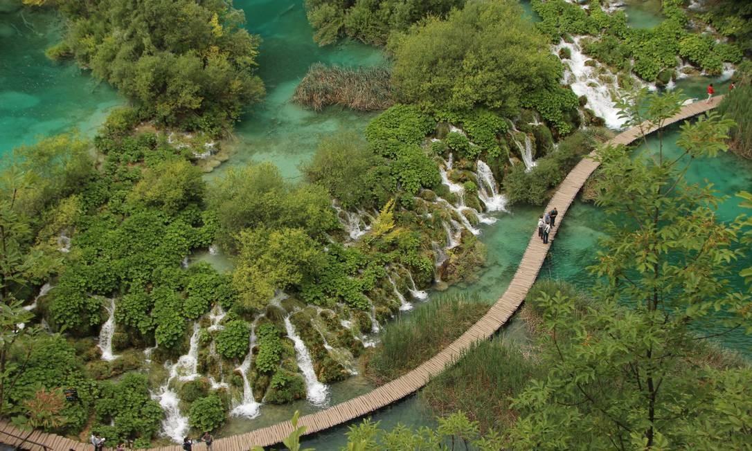 Passarela no setor inferior do Parque Nacional dos Lagos Plitvice, na Croávia Foto: Eduardo Maia /