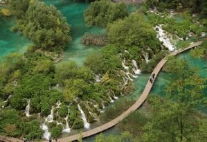 Passarela no setor inferior do Parque Nacional dos Lagos Plitvice, na Croávia Foto: Eduardo Maia