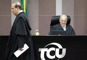 O ministro Augusto Nardes passa pelo presidente do tribunal, ministro Aroldo Cedraz, durante sessão do TCU para analisar contas de Dilma Foto: André Coelho / Agência O Globo