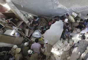 Membros da Defesa Civil síria retiram escombros após ataque russo em Maasran, Idlib Foto: KHALIL ASHAWI / REUTERS