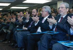 O advogado-geral da União Luís Inácio Adams ao lado de parlamentares da oposição, em audiência no TCU Foto: ANDRE COELHO / Agência O Globo