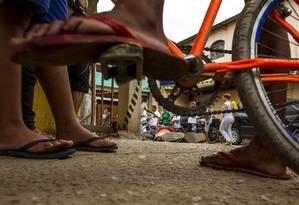 Crime. Jovem assassinado na comunidade Risca Faca, em Maricá. Estado do Rio tem índice de violência comparável ao da Colômbia Foto: 10-9-2015 / Daniel Marenco