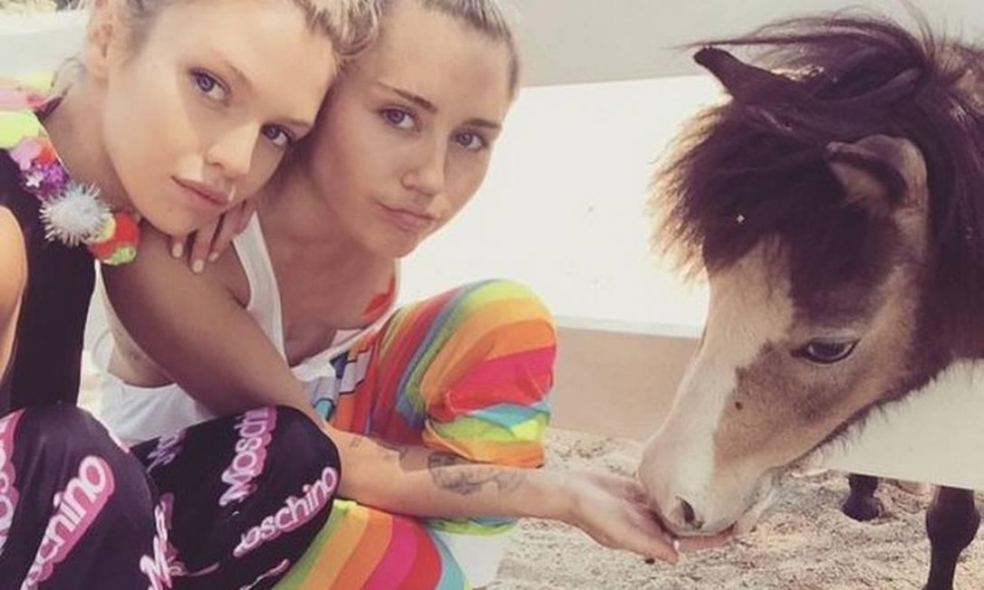 Stella Maxwell, a nova angel da Victoria's Secret, namora Miley Cyrus Reprodução/ Instagram