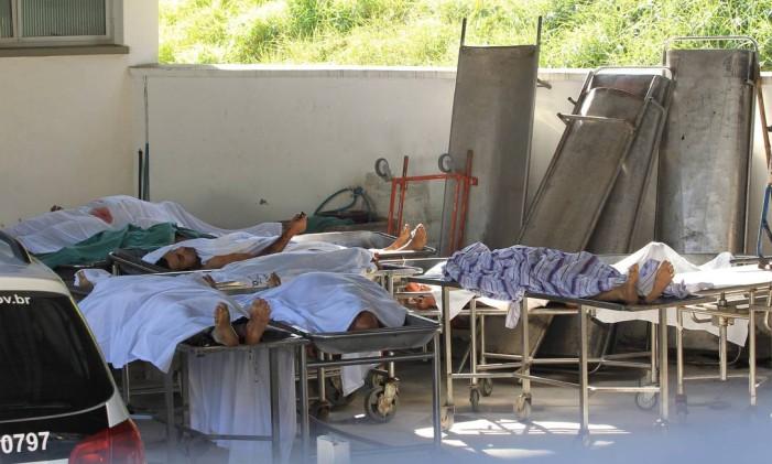Corpos das vítimas da Chacina foram mantidos em condições precárias no pátio do IML de Osasco Foto: Marcos Alves / Agência O Globo