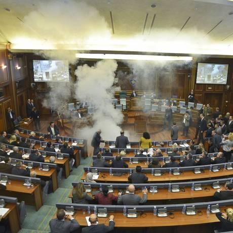 Líder da oposição do Kosovo ativa bomba de fumaça no Parlamento Foto: AP
