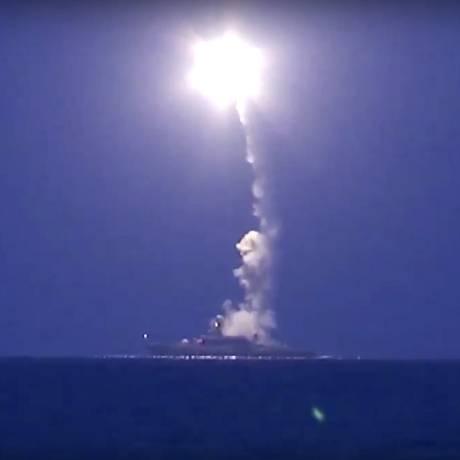 Imagem divulgada pelo governo russo mostra navio lançando míssil no Mar Cáspio em direção à Síria Foto: AP