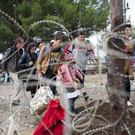 Migrantes na fronteira da Grécia com a Macedônia. União Europeia vai adotar postura mais dura com imigrantes ilegais Foto: Robert Atanasovki / AFP