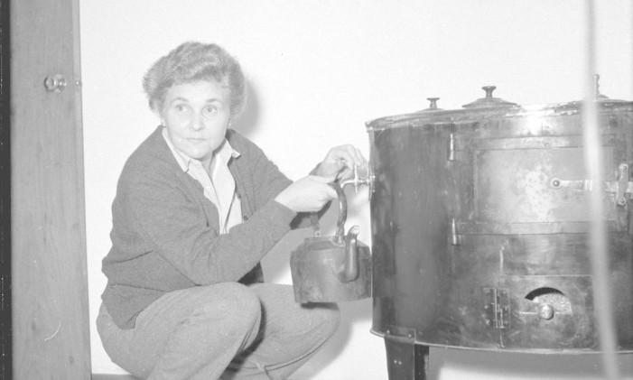 A escritora Elizabeth Bishop em Petrópolis Foto: Arquivo/09-05-1956 / O Globo