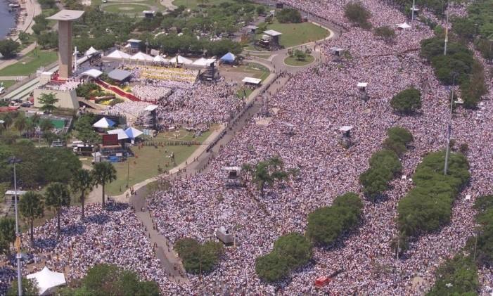 Fé no Rio. Em frente ao Monumento dos Pracinhas, o Papa João Paulo II rezou missa para 2 milhões de pessoas no Aterro do Flamengo Foto: Marcelo Carnaval 05/10/1997 / Agência O Globo