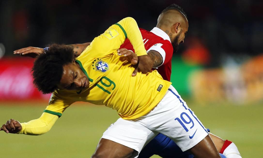 Willian divide a bola com Vidal, do Chile Luis Hidalgo / AP
