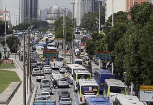 Caos no trânsito: Avenida Presidente Vargas engarrafada devido a acidente na Avenida Brasil Foto: Pablo Jacob / Agência O Globo