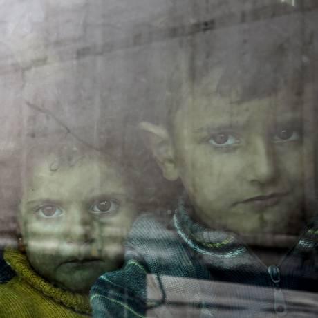 Meninos sírios chegam à região do Pireu, na Grécia Foto: YANNIS BEHRAKIS / REUTERS