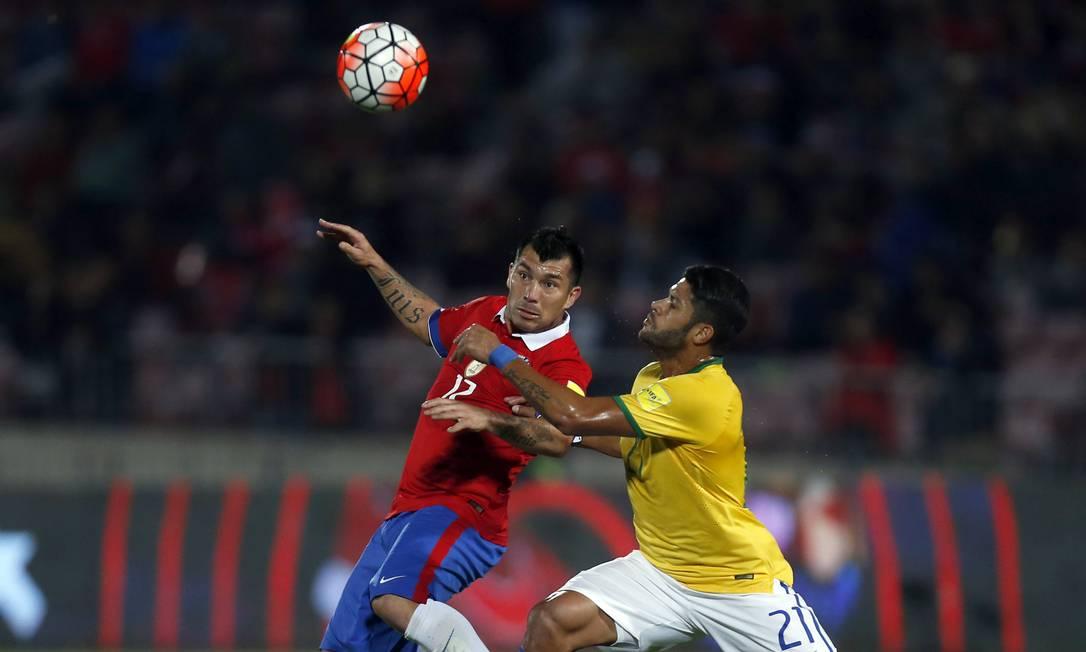 Hulk disputa a bola com o chileno Medel Luis Hidalgo / AP