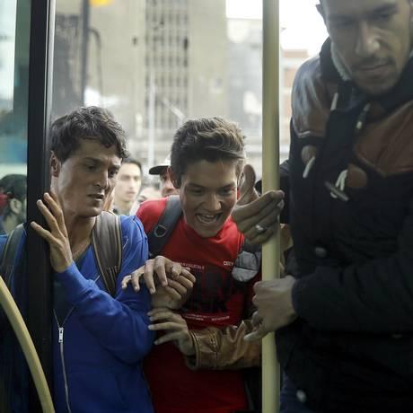 Afegãos tentam embarcar no porto de Pireu, na Grécia: Alemanha é o destino mais buscado Foto: YANNIS BEHRAKIS / REUTERS