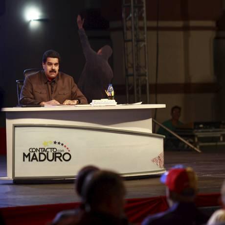 Plano B: Maduro discursa ao lado de um cartaz com foto de Hugo Chávez. Governo venezuelano iniciou processo de renovação de parte do Tribunal Supremo de Justiça Foto: Palacio Miraflores / REUTERS