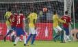 Vargas, à direita, marcou o primeiro gol do Chile