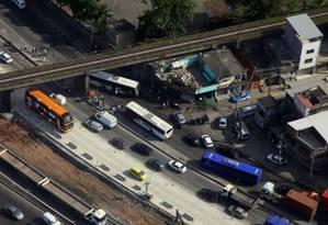 Ô ônibus que atingiu a moto fica atravessado na pista: via só foi totalmente liberada às 11h35m Foto: Genílson Araújo / Parceiro