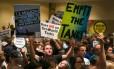 Ativistas dos direitos dos animais protestam contra a construção de novos tanques no SeaWorld de San Diego