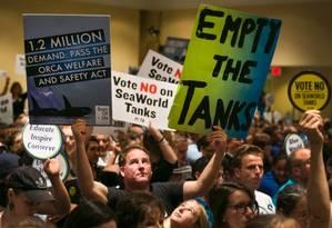 Ativistas dos direitos dos animais protestam contra a construção de novos tanques no SeaWorld de San Diego Foto: Damian Dovarganes / AP