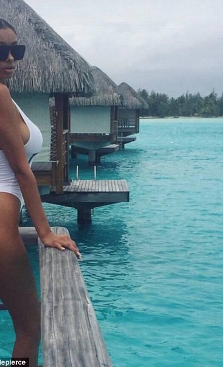 Aqui, a modelo mostra um clique feito em Bora Bora, onde esteve com Bieber. O look? Um maiô fio dental branco bem abusado Foto: Reprodução/ Instagram