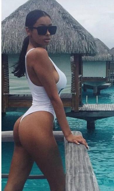Aqui, a modelo mostra um clique feito em Bora Bora, onde esteve com Bieber. O look? Um maiô fio dental branco bem abusado Reprodução/ Instagram